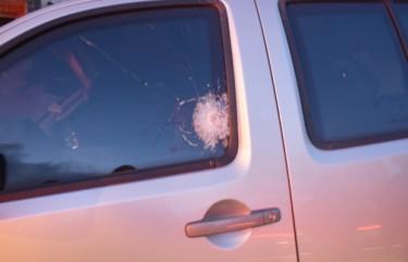 Veículo foi atingido por  seis tiros, mas blindagem salvou motorista (Foto: Walter Paparazzo/G1)