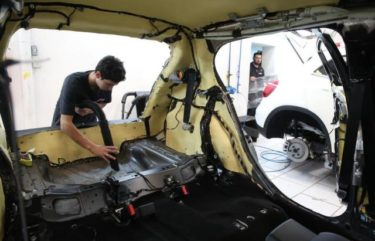 Partes do carro são desmontadas para instalação de materiais como aço ou aramida Foto: Tadeu Vilani / Agencia RBS